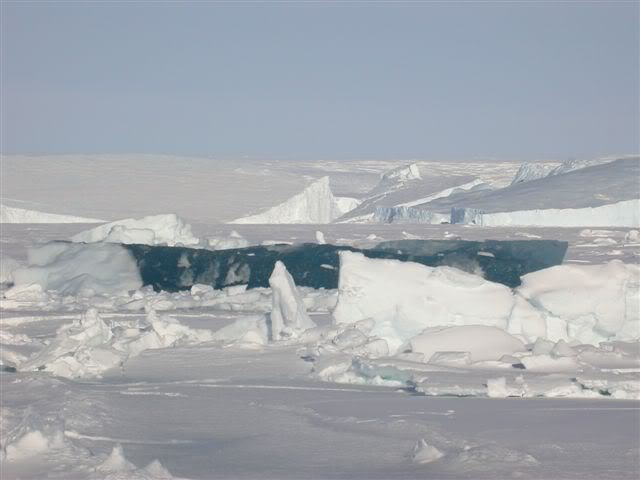 太冷了! 海浪也在瞬間結冰!