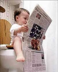 我家的小孩要看報紙增加知識耶... 連上大號的時間也不放過 !!