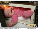 蟒蛇纏身、卡進微波爐…爸媽鬼點子讓baby身陷險境