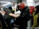 不就是情人節嘛~居然在捷運放閃光!!!  咦~怎麼好像哪裡怪怪的.....