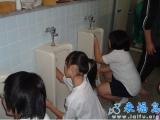 我們學校的男廁便池清理工作是女孩子負責的