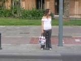 這個女孩竟然在大街上...