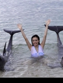 高清:容祖兒新廣告親吻海豚 否認收珠寶續約