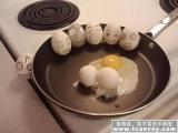看著同伴被打破,用來做煎蛋,雞蛋們驚呆了,一個個露出了哭泣的表情......