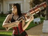 國外女生玩的槍都特別大