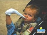 淘氣小孩吃襪子
