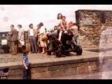 古城堡孩子在火炮前玩耍,前面出現一個透明的「無頭軍人」