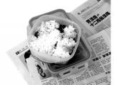 吃飯,別在桌上墊報紙