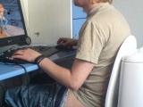 他脫褲子了。多麼方便的坐廁椅子 ( 看後我笑了)