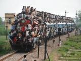 駭人的印度暑運,乘客爬上火車頭