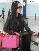 霍思燕現身香港機場未施粉黛素面朝天