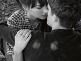 揭秘:接吻時男人手泄露秘密