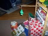 媽媽說禮物一定要放在聖誕樹下..所以我也這樣做了