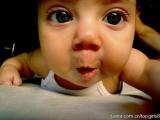 那嬰孩眼睛比嘴巴還大