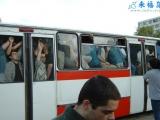 看看老外是怎麼擠公交的