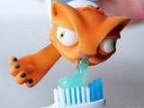 一邊好笑一邊惡心擠牙膏