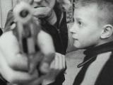 一個小流氓將槍直指攝影家的鏡頭。他隻有11歲,卻學會了一切猙獰。