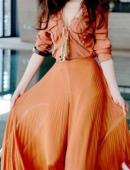 鞏新亮紅裙飛舞美豔寫真