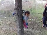 小孩:哎,這些當長輩的太不厚道了, 竟然把我當成衣服直接晾在樹上。