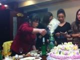 在餐廳吃飯,請服務員幫忙切一下蛋糕