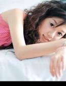 穿着粉紅睡衣的大眼睛美女