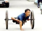 看了這張圖片,打心底敬佩這位堅強的漢子!連個輪椅都用不起。 那些慨嘆自己命苦的人