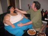 爱她就喂她吃,恨她就一直喂她吃