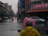 大姐很怕淋雨