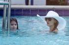 母女二人去游泳