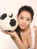 徐黛妮化身足球寶貝彎腰爆乳 身材火辣搶鏡二