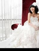 高清:羅海瓊拍攝婚紗照 演繹摩登新娘優雅之美